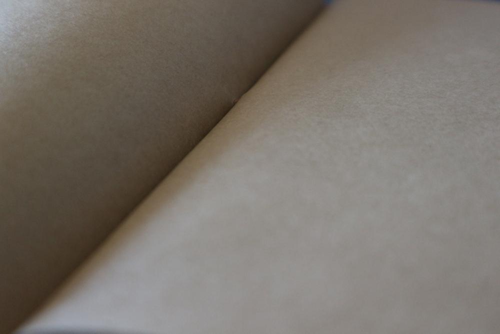 開いた茶色のノート