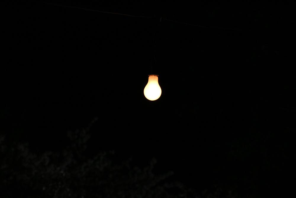 暗闇の電球